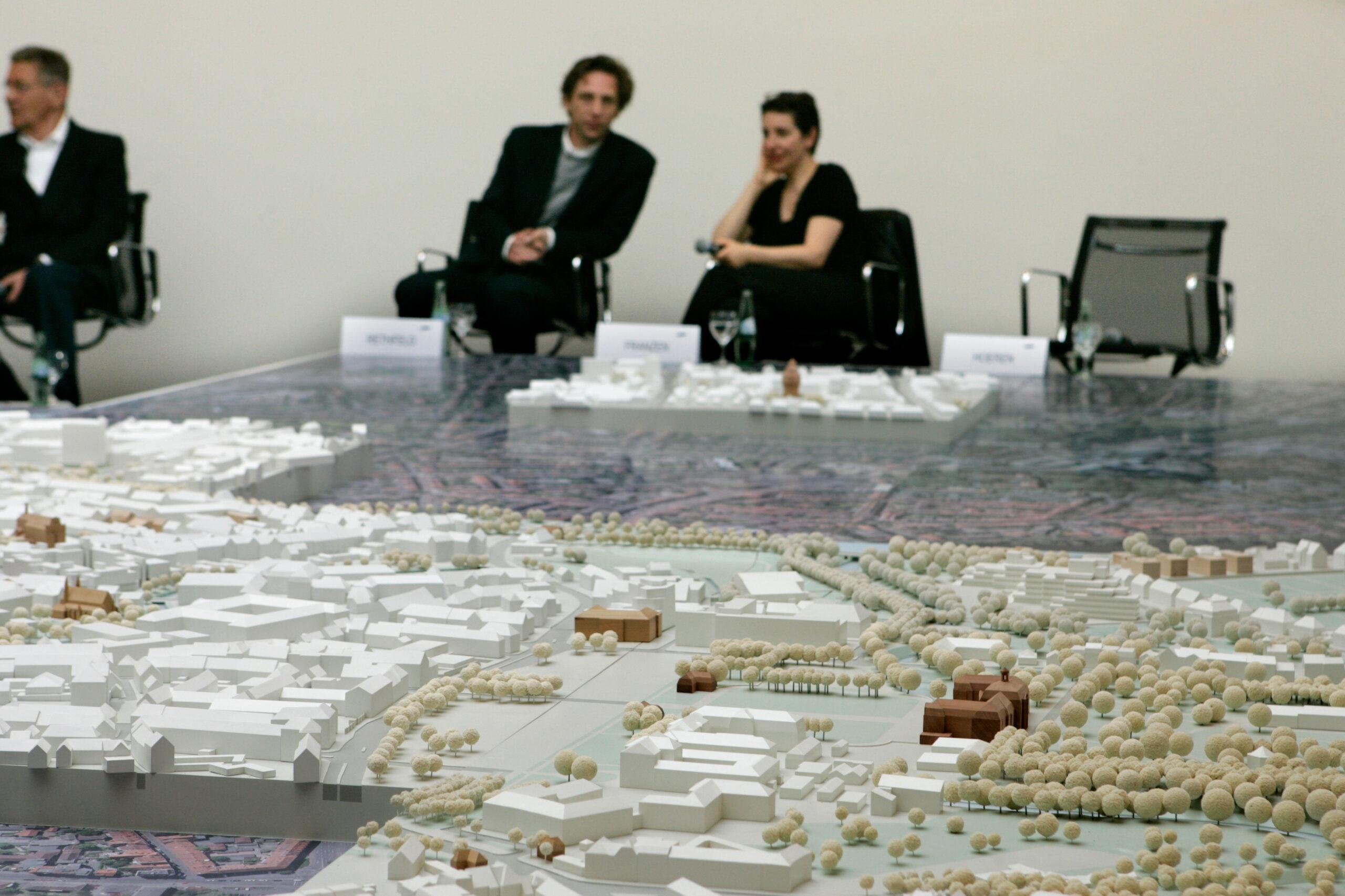 Münster Modell: Ortstermin 5 - Podiumdiskussion um den Hindenburgplatz (2008), Stefan Rethfeld, Brigitte Franzen - Foto: MünsterView/Tronquet