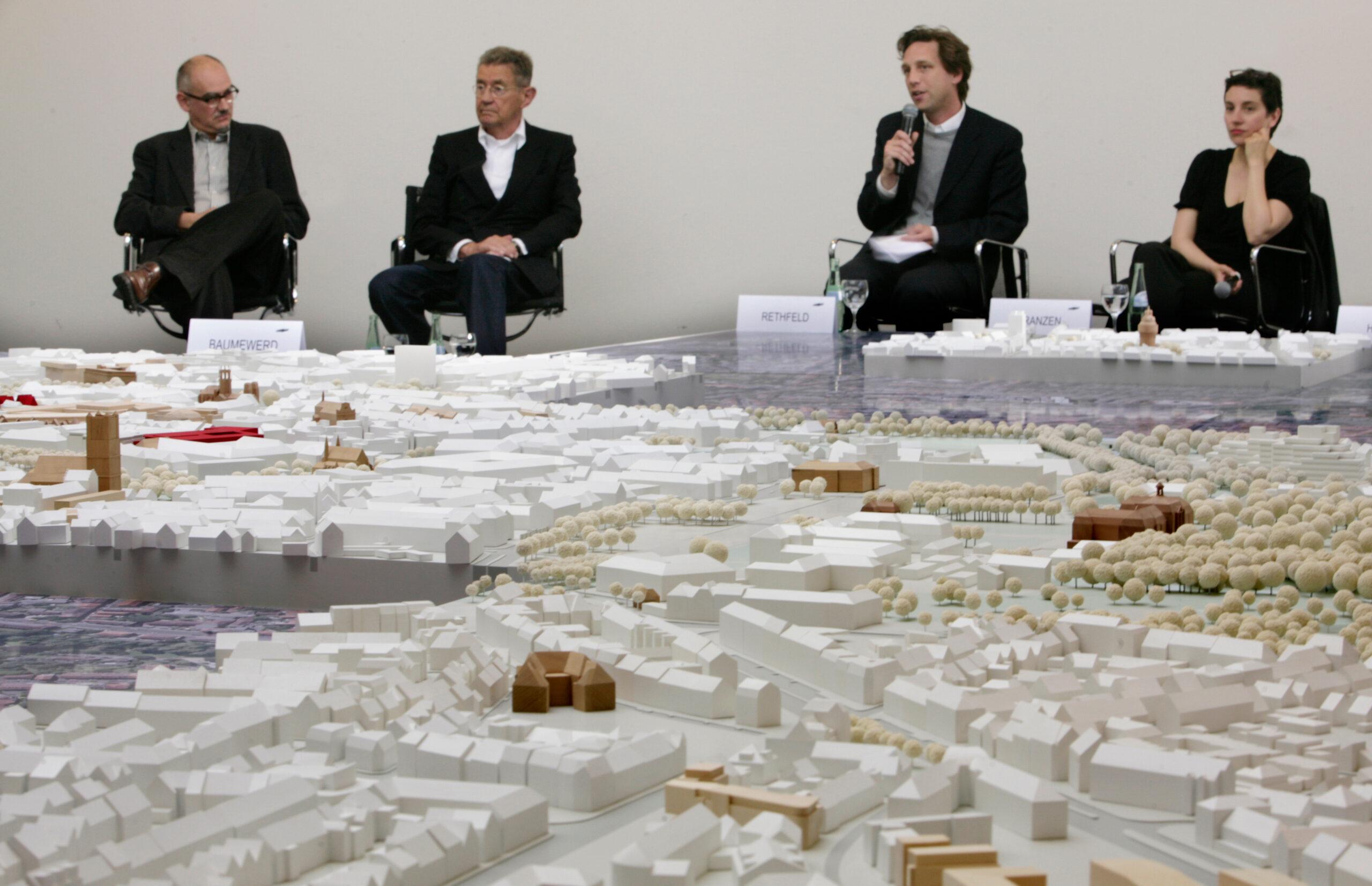 Münster Modell: Ortstermin 5 - Podiumdiskussion um den Hindenburgplatz (2008) - Peter Wilson, Dieter G. Baumewerd, Stefan Rethfeld, Brigitte Franzen - Foto: MünsterView/Tronquet