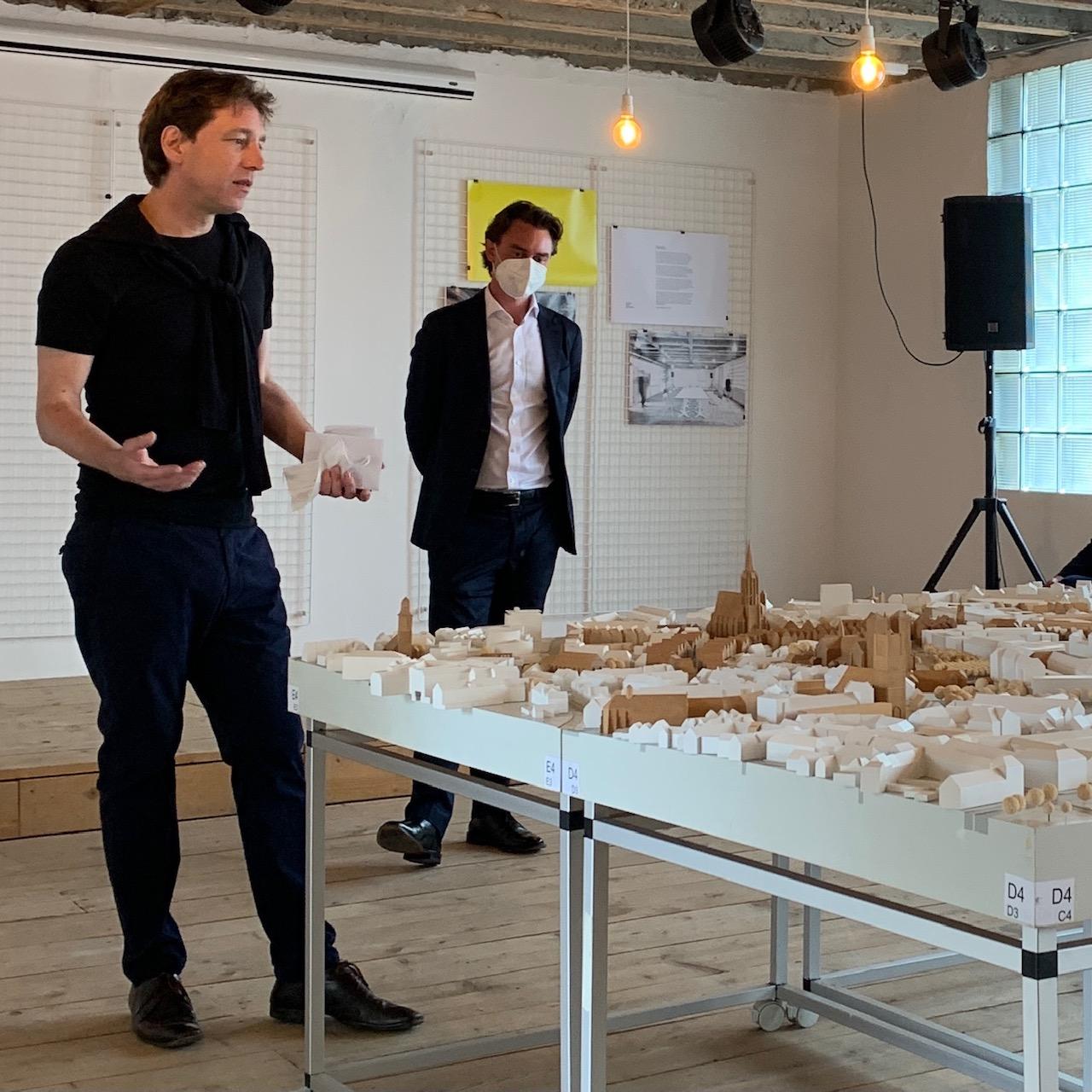 Münster Modell in der Trafostation: Julian Latzko (Bundesstiftung Baukultur) und Stefan Rethfeld (Münster Modell) - am Stadtmodell - Foto: Martin Schmidt